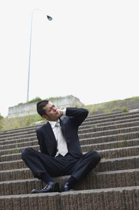 階段に座るビジネスマンの写真素材 [FYI03049302]