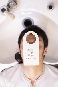 シャンプー台にいる男性の写真素材 [FYI03049344]