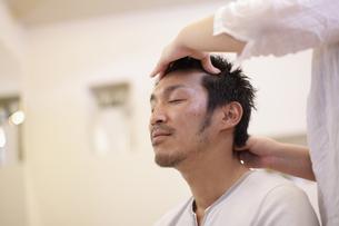 シャンプー台で髪を洗われる男性の写真素材 [FYI03049373]