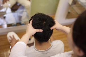 ヘッドマッサージを受ける男性の写真素材 [FYI03049379]