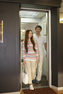 エレベーターに乗るカップルの写真素材 [FYI03049393]