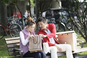ベンチに座るカップルの写真素材 [FYI03049448]