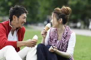 ソフトクリームを食べるカップルの写真素材 [FYI03049461]