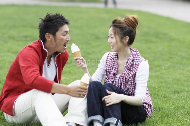 ソフトクリームを食べるカップルの写真素材 [FYI03049463]