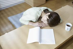 うたた寝する女性の写真素材 [FYI03049482]