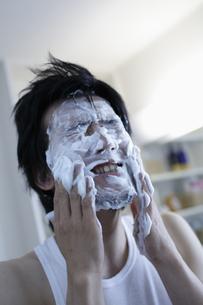 洗顔をする男性の写真素材 [FYI03049498]