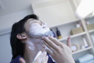 ひげそりをする男性の写真素材 [FYI03049507]