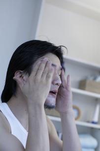 フェイスケアをする男性の写真素材 [FYI03049523]