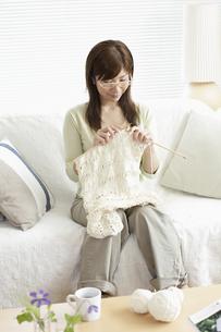 ソファーで編み物をする女性の写真素材 [FYI03049535]