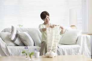 ソファーで編み物をする女性の写真素材 [FYI03049536]