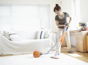 掃除機をかける女性の写真素材 [FYI03049547]