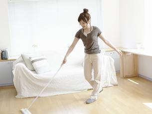 床を掃除する女性の写真素材 [FYI03049563]