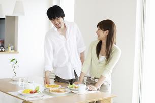 朝食の準備をするカップルの写真素材 [FYI03049583]