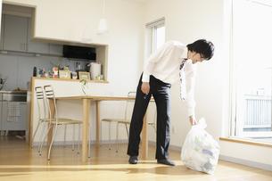 ゴミ捨てをするビジネスマンの写真素材 [FYI03049595]