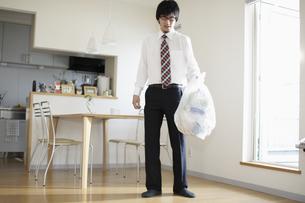 ゴミ捨てをするビジネスマンの写真素材 [FYI03049607]