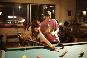 ビリヤードをするカップルの写真素材 [FYI03049632]