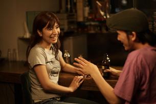お酒を飲むカップルの写真素材 [FYI03049660]