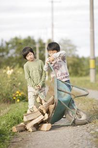 手押し車を押す少年の写真素材 [FYI03049760]