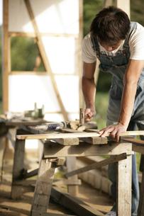 大工仕事をする男性の写真素材 [FYI03049771]