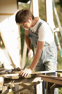 大工仕事をする男性の写真素材 [FYI03049772]
