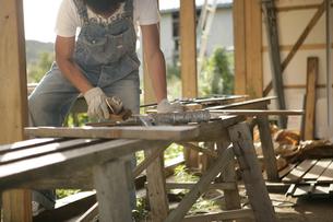 大工仕事をする男性の写真素材 [FYI03049774]