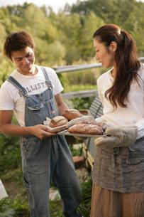 手作りパンを焼くカップルの写真素材 [FYI03049789]