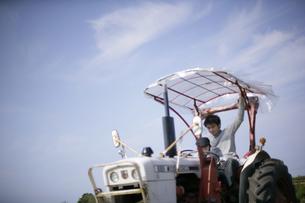 トラクターに乗る父子の写真素材 [FYI03049828]