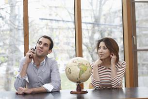 携帯電話で話す男女の写真素材 [FYI03050026]