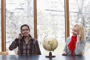 携帯電話で話す男女の写真素材 [FYI03050029]