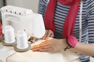 ミシン縫いをする手の写真素材 [FYI03050084]