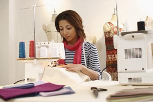 ミシン縫いをするデザイナーの写真素材 [FYI03050088]