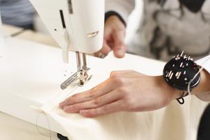ミシン縫いをする手の写真素材 [FYI03050091]