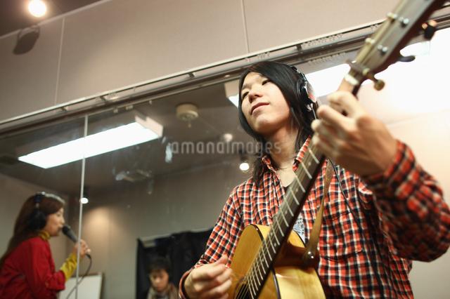 レコーディングスタジオで演奏する若者たちの写真素材 [FYI03050093]