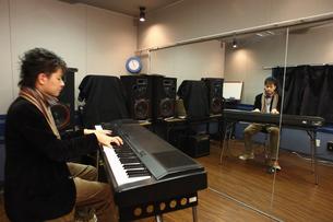 電子ピアノを演奏する男性の写真素材 [FYI03050094]