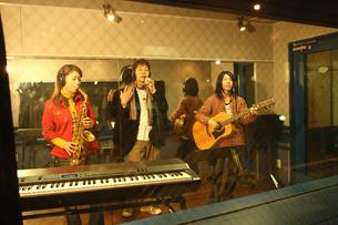 レコーディングスタジオで演奏する若者たちの写真素材 [FYI03050096]