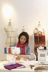 ミシン縫いをするデザイナーの写真素材 [FYI03050097]