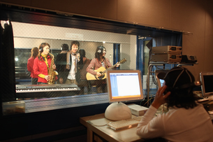 レコーディングスタジオで演奏する若者たちの写真素材 [FYI03050100]