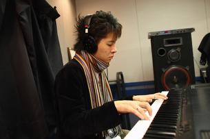レコーディングスタジオで演奏する男性の写真素材 [FYI03050101]