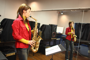 サキソフォンを演奏する女性の写真素材 [FYI03050103]