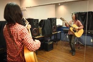 ギターを演奏する男性の写真素材 [FYI03050107]