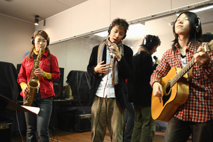 レコーディングスタジオで演奏する若者たちの写真素材 [FYI03050111]