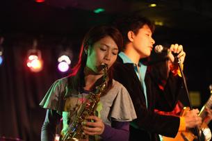 ステージで演奏する若者たちの写真素材 [FYI03050129]