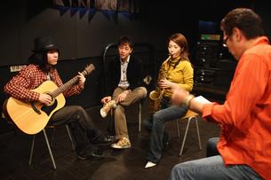 レコーディングスタジオで話し合う若者たちの写真素材 [FYI03050130]