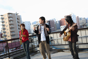 屋上で合奏する若者たちの写真素材 [FYI03050131]