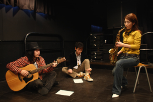 合奏する若者たちの写真素材 [FYI03050133]
