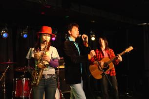 ステージで演奏する若者たちの写真素材 [FYI03050134]