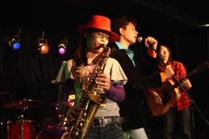 ステージで演奏する若者たちの写真素材 [FYI03050135]