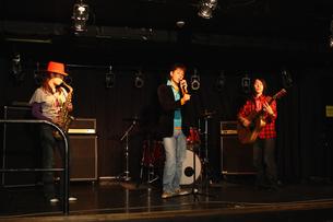 ステージで演奏する若者たちの写真素材 [FYI03050136]