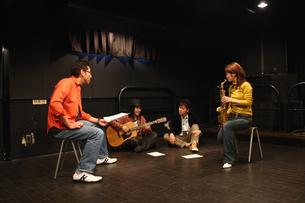 レコーディングスタジオで話し合う若者たちの写真素材 [FYI03050137]