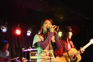 ステージで演奏する若者たちの写真素材 [FYI03050139]